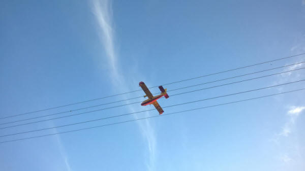 A Canadair arrives over the fire