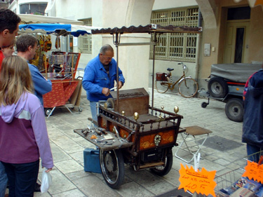 Knife Sharpener in the market, Provence